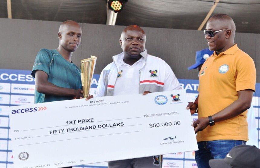 Corredor Keniano cogiendo premio