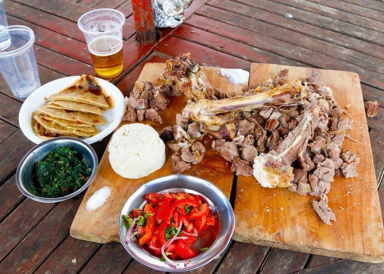 plato de nyama choma, sukuma wiki, ugali y cachumbari