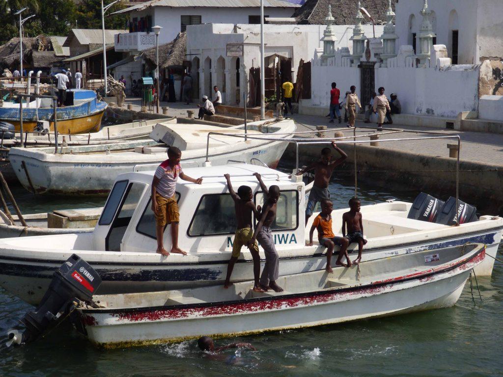 Paseo marítimo de Lamu con niños