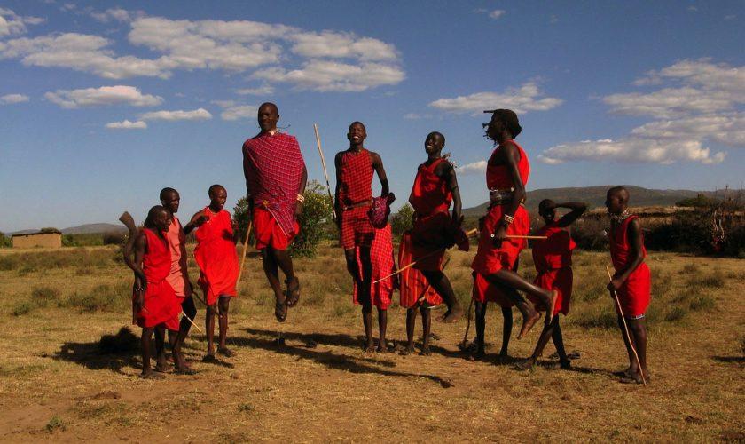 masais saltando