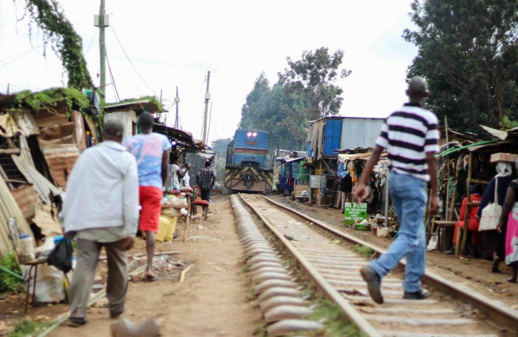 tren lunático a su paso por Kibera